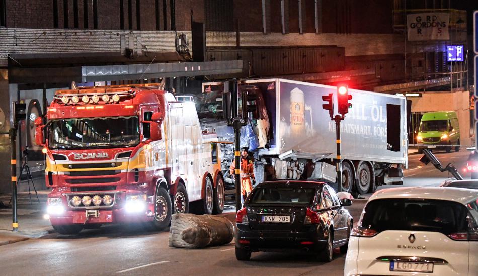 Odtah kamionu, který ve Stockholmu najel do lidí