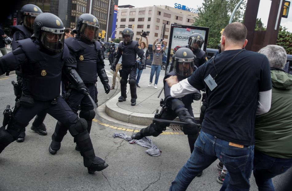 Zásah španělské policie proti voličům v Katalánsku