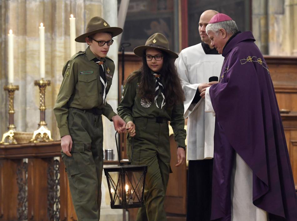 Biskup Václav Malý převzal od skautů betlémské světlo