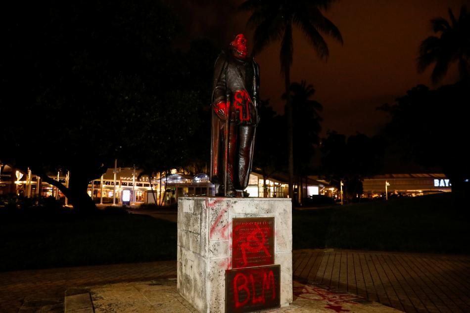Poničená socha Kryštofa Kolumba v Miami
